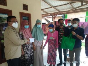 Camat Mekar Baru Miftah Shuritho berikan bantuan kepada Intan, remaja pengidap penyakit Tumor Ganas.